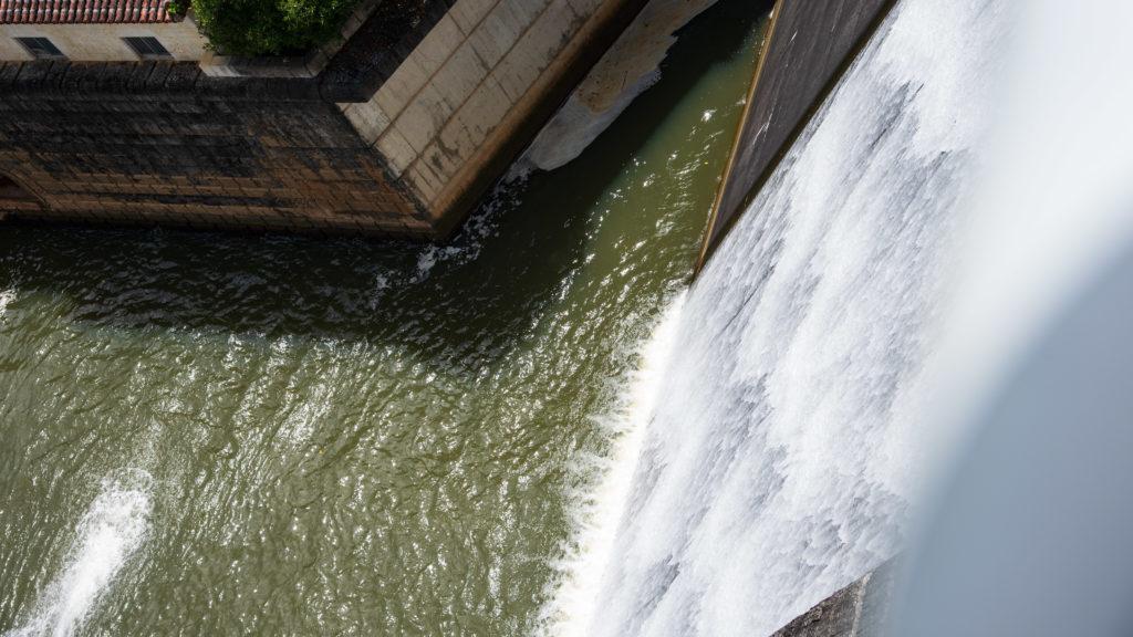 漢那ダムの滝