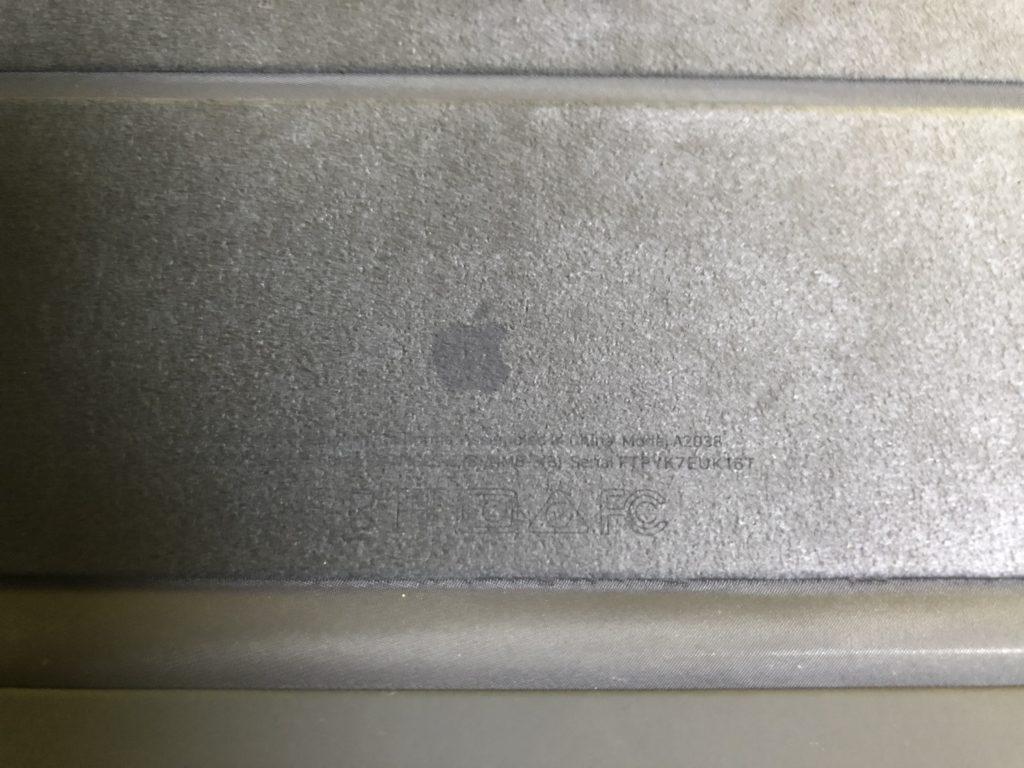 内側には薄くAppleロゴマークが印字されています。